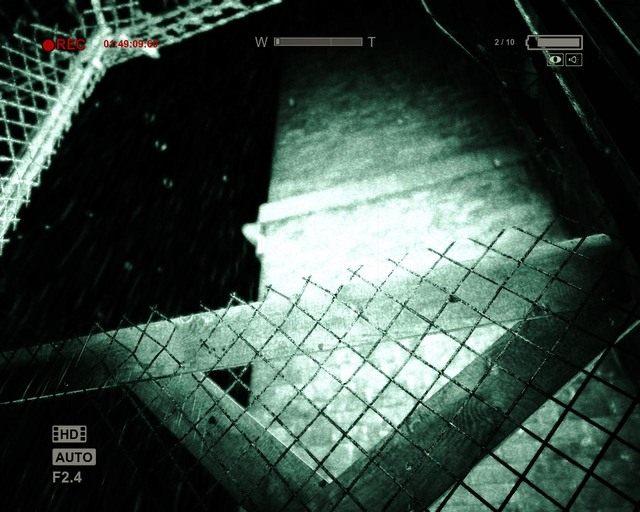 Dziura w kratce, która będziesz mógł przejść - Coutryard - Solucja - Outlast - poradnik do gry