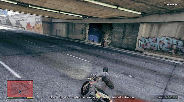 Wyjdź ze sklepu i po obejrzeniu krótkiej cut-scenki rozpocznij ucieczkę motocyklem (Maibatsu Sanchez) grając z powrotem jako Franklin - 13 - Robótka u jubilera - wariant głośny (Loud) | Wątek główny - GTA V - poradnik do gry