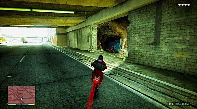 Wyjdź ze sklepu i po obejrzeniu krótkiej cut-scenki rozpocznij ucieczkę motocyklem (Maibatsu Sanchez) grając z powrotem jako Franklin - 16 - Robótka u jubilera - wariant sprytny (Smart) | Wątek główny - GTA V - poradnik do gry