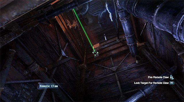 Popatrz do góry i skorzystaj z haka z zamiarem przedostania się na jedną z niewielkich wyżej położonych półek - Zabierz zakłócacz z magazynu dowodów - Główny wątek - Batman: Arkham Origins - poradnik do gry