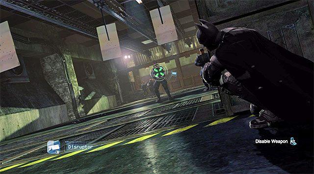 Możesz użyć zakłócacza do sabotowania broni przeciwników - Ucieknij z komisariatu policji - Główny wątek - Batman: Arkham Origins - poradnik do gry