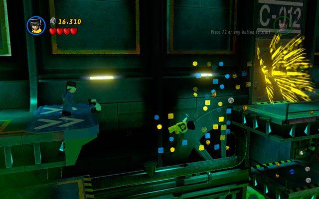 Jako Pan Fantastyczny podciągnij się na gibkich ramionach, wchodząc po uchwycie na górne piętro, by ostatecznie przelecieć na drugą stronę poziomu - Taking Liberties - Opis przejścia - LEGO Marvel Super Heroes - poradnik do gry