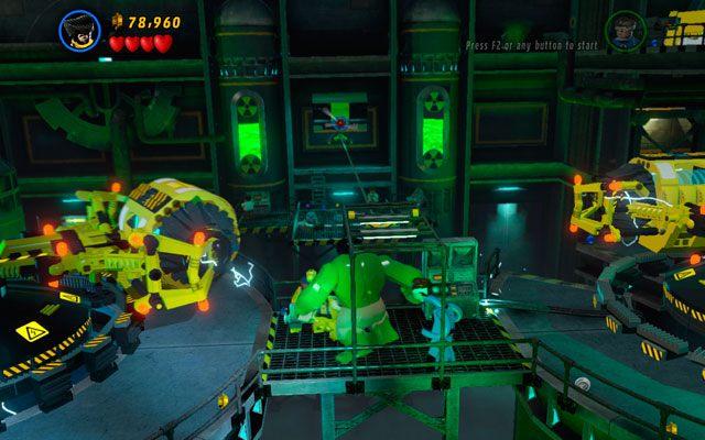 Wyjdź z windy i wyrwij przęsło z zielonymi uchwytami, które zobaczysz naprzeciwko (zrobić to może tylko postać tak wielka jak Hulk - Taking Liberties - Opis przejścia - LEGO Marvel Super Heroes - poradnik do gry