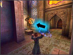 (SEKRET 3/12) Biegnij dalej korytarzem, aż zejdziesz na dół i po lewej będziesz miał posąg jakiegoś rycerza - W drodze do pokoju - Powitanie - Harry Potter i Komnata Tajemnic - poradnik do gry