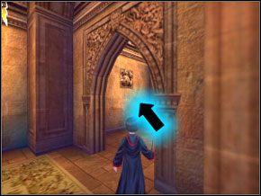 (SEKRET 1/10) Biegnij dalej i na zakręcie spójrz w lewo - otwórz ścianę zaklęciem, a w skrzyni znajdziesz kilka fasolek - W drodze do pokoju - Powitanie - Harry Potter i Komnata Tajemnic - poradnik do gry