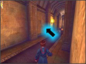 (SEKRET 2/10) Po lewej w ścianie znajdziesz przycisk, który potraktowany zaklęciem ukaże tajne pomieszczenie - W drodze do pokoju - Powitanie - Harry Potter i Komnata Tajemnic - poradnik do gry