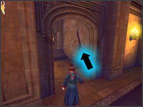 (SEKRET 3/10) Zanim wejdziesz do sali wykładowej, spójrz w prawo - znajdziesz pęknięcie w ścianie, za którą jest tajny pokój ze skrzynią z fasolkami - W drodze do pokoju - Powitanie - Harry Potter i Komnata Tajemnic - poradnik do gry