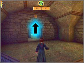 (SEKRET 3/7) Po drugiej stronie korytarza na dole jest na górze ściany przycisk, mający symbol zaklęcia Flipendo - jest oznaczony strzałką - Sala Treningowa Rictusempry - Nauka Rictusempry - Harry Potter i Komnata Tajemnic - poradnik do gry