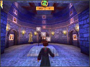 W dużej sali, strzelając w trzy przyciski o znajomym symbolu ustaw obręcze z obrazami tak, aby nad lewymi drzwiami w pionowym rzędzie były trzy takie same obrazy - Sala Treningowa Rictusempry - Nauka Rictusempry - Harry Potter i Komnata Tajemnic - poradnik do gry