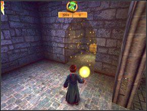 (SEKRET 4/7) Gdy miniesz drzwi, tuż po prawej ukaże się przezroczysta ściana - a za nią skrzynia z fasolkami (gdybyś nie miał światła w różdżce, to byś tego nie zobaczył) - Sala Treningowa Rictusempry - Nauka Rictusempry - Harry Potter i Komnata Tajemnic - poradnik do gry