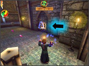 (SEKRET 5/7) Użyj czaru na portrecie Lockharta po prawej, który jest oznaczony strzałką i dojdź do skrzyni z fasolkami, po czym wróć się z powrotem na dół - Sala Treningowa Rictusempry - Nauka Rictusempry - Harry Potter i Komnata Tajemnic - poradnik do gry