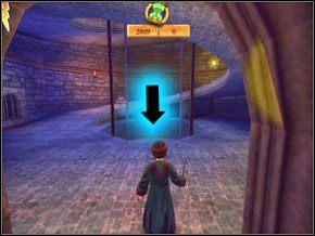 Wejdź po owalnych schodach, ogłusz i za pomocą Flipendo zrzuć do dziury oznaczonej strzałką cztery ogniste żuki, po czym wróć się na dół - Sala Treningowa Rictusempry - Nauka Rictusempry - Harry Potter i Komnata Tajemnic - poradnik do gry