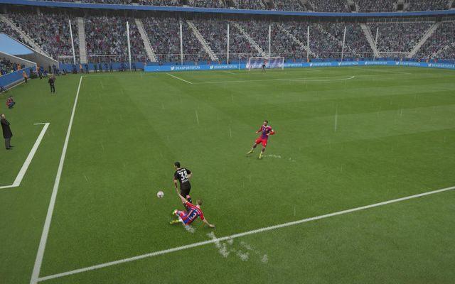 Znakomitym sposobem na wykorzystanie całej szerokości boiska jest szybki przerzut na drugą stronę murawy - to trudne zagranie i wymagające sporej precyzji, ale jednocześnie pozwalające bardzo prosto zaskoczyć defensywę rywala - Wykorzystanie skrzydeł boiska - Atak - FIFA 15 - poradnik do gry