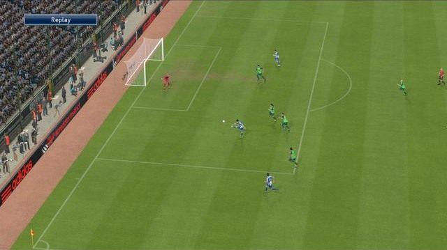 Strzał techniczny w wybrany przez siebie fragment bramki to szansa na bezproblemowe ominięcie desperacko broniącego golkipera i skuteczne uderzenie w wybrane miejsce - Strzały - Podstawy rozgrywki - Pro Evolution Soccer 2015 - poradnik do gry