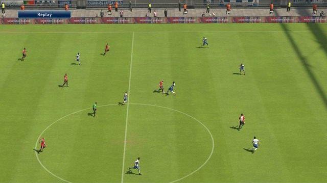 Odbiór piłki to najprostszy i najbardziej wydajny sposób na powstrzymanie akcji przeciwnika, umożliwiający łatwe wykorzystanie przewagi fizycznej nad rywalem - Podstawowe zagrania obronne - Podstawy rozgrywki - Pro Evolution Soccer 2015 - poradnik do gry