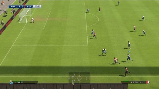 Dostosowanie tempa biegu do atakującego przydatne jest zwłaszcza wówczas, gdy staramy się odizolować zawodnika atakującego skrzydłem boiska i próbującego dośrodkować w okolice pola karnego - Podstawowe zagrania obronne - Podstawy rozgrywki - Pro Evolution Soccer 2015 - poradnik do gry