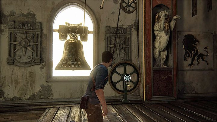 Zaczekaj aż ciężarek zacznie się przemieszczać w górę, wykonaj skok w jego stronę w ostatniej chwili i od razu po złapaniu się go doskocz do górnej lewej krawędzi - 11 - Najciemniej pod latarnią - Opis przejścia - Uncharted 4: A Thiefs End - poradnik do gry
