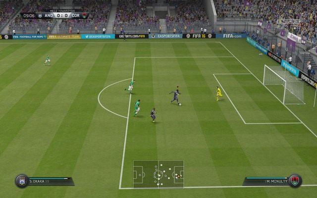 Obrona rzutów karnych to podobnie jak i w prawdziwej rozgrywce spora loteria - przewidzenie kierunku, w którym uderzy przeciwnik jest naprawdę bardzo trudne - Gra bramkarzem - Obrona - FIFA 16 - poradnik do gry