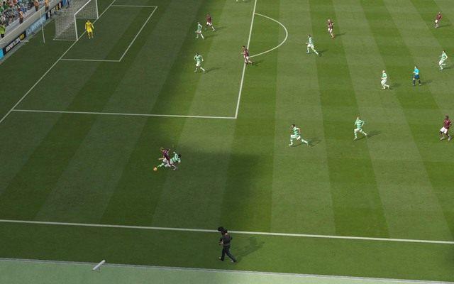 Dostosowanie tempa biegu do atakującego to dobry sposób na zyskanie czasu potrzebnego na uporządkowanie ustawienia formacji obronnych - odpowiednio kontrolowany zawodnik z pewnością nie zagra piłki w pole karne, a jeśli to zrobi, to ta zazwyczaj zostaje zablokowana bądź zbita prosto na rzut rożny - Podstawowe zagrania - Obrona - FIFA 16 - poradnik do gry