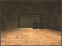 Gdy zabijesz wszystkich, zadanie #1 zostanie wykonane i będziesz mógł opuścić teren stodoły, Wracaj do tuneli i do rozwidlenia - tym razem idź prosto (czyli wcześniej poszedłbyś w prawo) - Misja 02 - Agent Recovery Operation - Suma Wszystkich Strachów - poradnik do gry