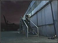 Następnym krokiem jest bezpieczne podejście na schody pierwszego magazynu - Misja 03 - Barren Garden - Suma Wszystkich Strachów - poradnik do gry