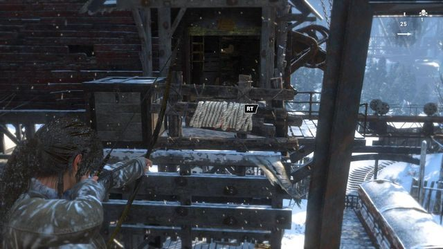 Aby przeskoczyć z lewej strony huty na prawą musisz najpierw wyrwać blokujący drogę drewniany płotek - Dotrzyj do wejścia do kopalni   Znów sama - Rise of the Tomb Raider - poradnik do gry