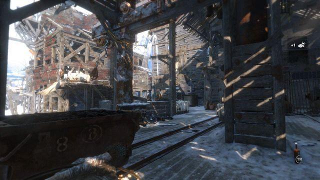 Kilka kroków dalej Lara będzie miała okazję wypróbowania nowej broni - Dotrzyj do wejścia do kopalni   Znów sama - Rise of the Tomb Raider - poradnik do gry