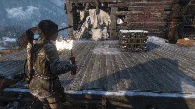 Drogę blokują belki ze szmatami - Dotrzyj do wejścia do kopalni | Znów sama - Rise of the Tomb Raider - poradnik do gry