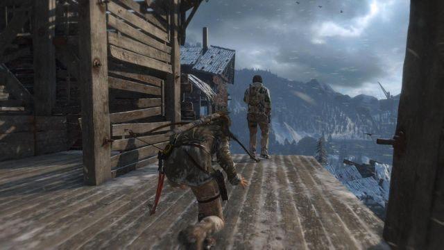 Nie czekaj aż strażnik skończy rozmawiać przez krótkofalówkę, tylko szybko zajdź go od tyłu i wykończ czekanem - Dotrzyj do wejścia do kopalni | Znów sama - Rise of the Tomb Raider - poradnik do gry