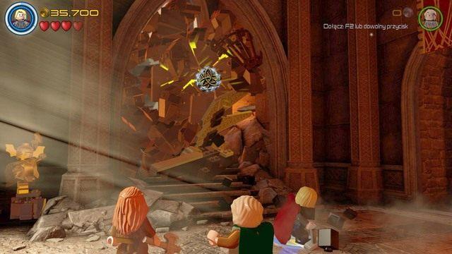 Udaj się schodami na wyższy poziom i zniszcz obiekt z klocków leżący przed zawalonym przejściem - Hen, w Aetherze - Opis przejścia - LEGO Marvels Avengers - poradnik do gry