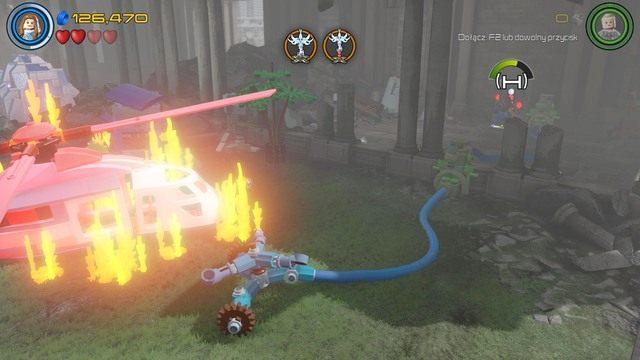 Po zmianie miejsca akcji, podejdź dowolną postacią do prawej strony i zniszcz niebiesko-biały obiekt z klocków po czym stwórz z niego system spryskiwaczy - Hen, w Aetherze - Opis przejścia - LEGO Marvels Avengers - poradnik do gry
