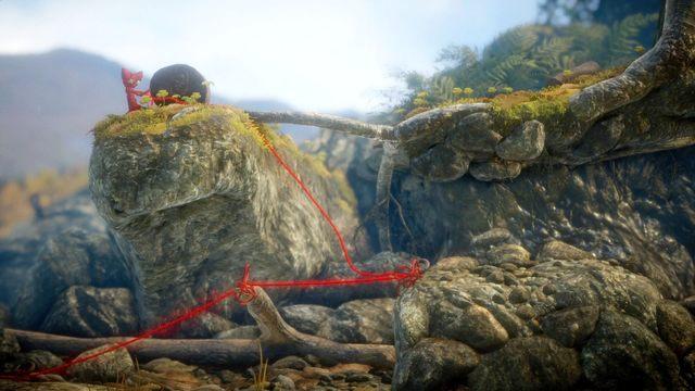 Wyskocz na trampolinie do góry, gdzie znajduje się metalowa puszka i po utworzonej trampolinie przepchnij ją do jaskini i połóż na prawej krawędzi belki - będziesz wtedy w stanie zebrać guzik, który się pod nią (belką) znajduje - Poziom 4 - Mountain Trek - Opis przejścia - Unravel - poradnik do gry