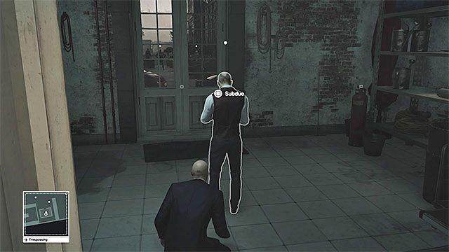 Możesz ogłuszyć kogoś ze służby lub odnaleźć nieużywane przebranie - Infiltracja pałacu | Paryż - The Showstopper - Hitman - poradnik do gry