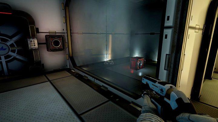 Po załadowaniu gry widzimy otwarte drzwi przed nami, podążamy tą drogą tak długo aż nie dojdziemy do pomieszczenia z zamkniętymi drzwiami widocznymi na obrazku - Chapter 1 - Opis Przejścia - The Turing Test - poradnik do gry