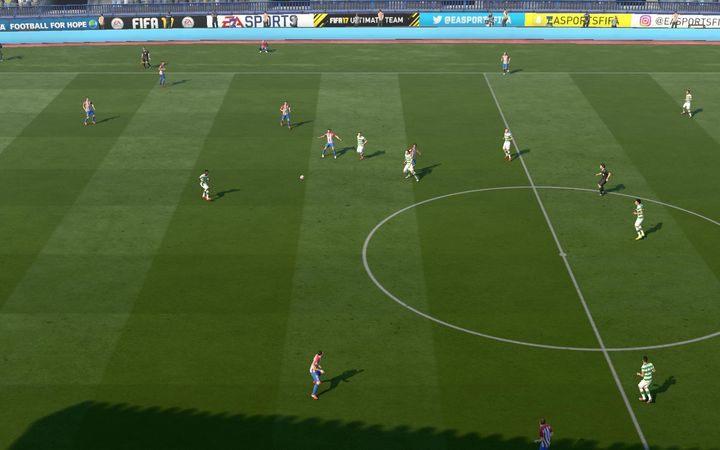Podanie piętką to doskonały sposób na to, by zaskoczyć przeciwnika bardzo szybkim zagraniem i szybko kontynuować akcję - Podania | Podstawowe zagrania - FIFA 17 - poradnik do gry