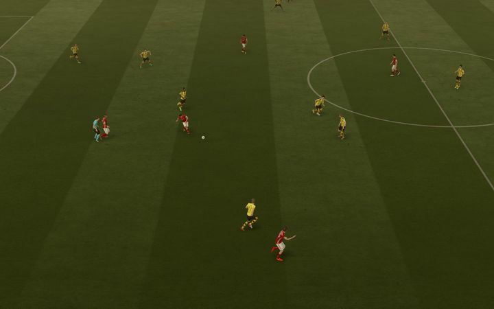 Podanie prostopadłe górą świetnie sprawdza się w przypadku próby minięcia jednym zagraniem jednej albo nawet dwóch formacji przeciwnika - odpowiednio precyzyjne i mocne zagranie na wybieg może pozwolić na raptowne wyjście na pozycję sam na sam w przypadku szybkiej kontry - Podania | Podstawowe zagrania - FIFA 17 - poradnik do gry