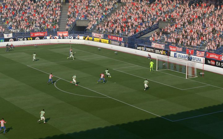 Niskie dośrodkowanie to szansa na to, by dynamicznie wyprzedzić obrońców i postarać się o efektowne zagranie szczupakiem czy wysunięcie się z linii obrony i proste wykończenie akcji - Dośrodkowania - Podstawowe zagrania - FIFA 17 - poradnik do gry