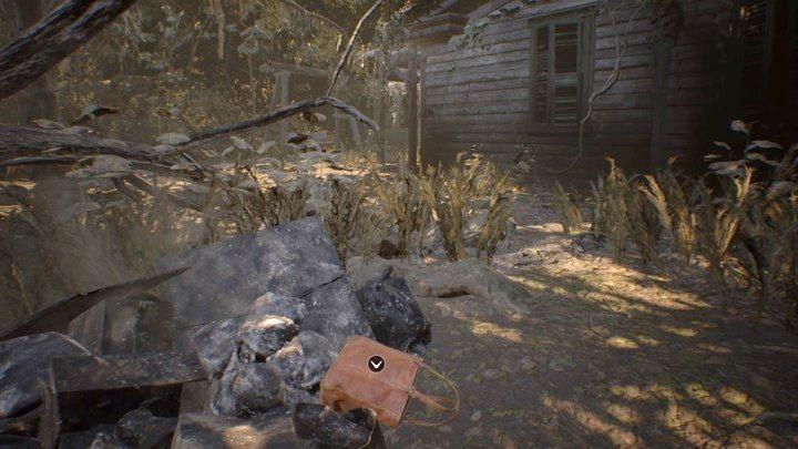 Torebka przed budynkiem - Pensjonat (Guest house) - Resident Evil VII: Biohazard - poradnik do gry