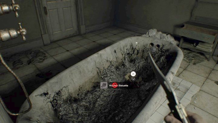 Teraz wyjdź na piętro przez hall i przejdź przez otwarte drzwi po lewej, idź aż do Łazienki (Bathroom) - Główny hall - Resident Evil VII: Biohazard - poradnik do gry