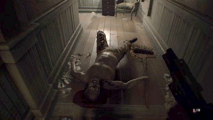 Kilka strzałów w łeb i tatusiek leży - lecz tylko kilka minut - Główny hall - Resident Evil VII: Biohazard - poradnik do gry