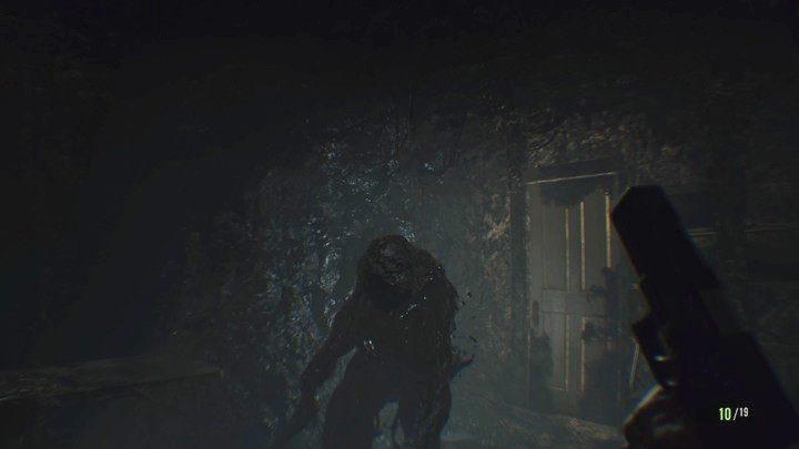 Mutant, który stanie ci na drodze jest jednym wielu, których spotkasz w piwnicy - Piwnica - Resident Evil VII: Biohazard - poradnik do gry