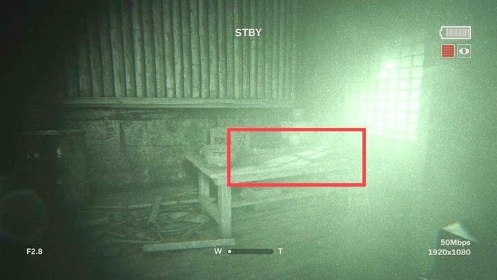 Oprawcy dalej cię gonią więc biegnij prosto do budynku i po wejściu do niego zarygluj za sobą drzwi - Droga do kopalni - Outlast 2 - poradnik do gry