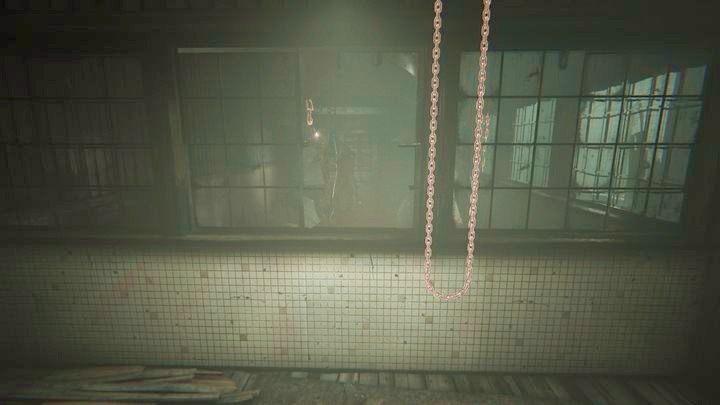 Przejdź do bocznej ścianki i skorzystaj z łańcucha, żeby przesunąć mechanizm - Droga do kopalni - Outlast 2 - poradnik do gry