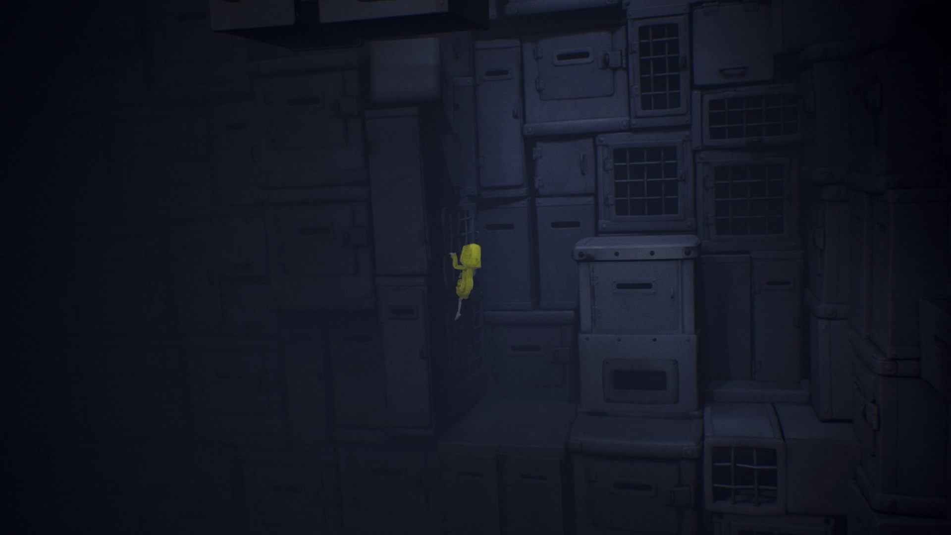 Wskocz na pudełka i cały czas wspinaj się do góry. - Przejście przez kratę pod napięciem | The Prison - Little Nightmares - poradnik do gry