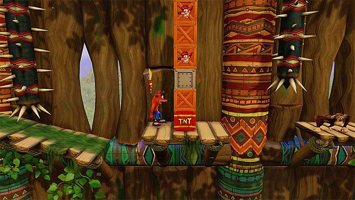 Kontynuuj podróż, w trakcie której unikaj kontaktu z kolcami oraz płomieniami - Native Fortress | Crash Bandicoot - N. Sanity Island - Crash Bandicoot N. Sane Trilogy - poradnik do gry