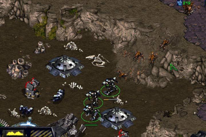 Miejsce katastrofy wzmocnij wieżyczkami oraz napraw uszkodzone Bunkry i mechy. - Misja 6 - Norad II | Kampania Terran - StarCraft: Remastered - poradnik do gry