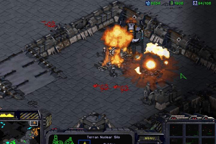 Pociski nuklearne mogą przechylić szalę zwycięstwa na twoją stronę. Użyj Ghostów do przeprowadzanie akcji na tyłach wroga i zniszcz lotnisko na północy. - Misja 8 - The Big Push | Kampania Terran - StarCraft: Remastered - poradnik do gry