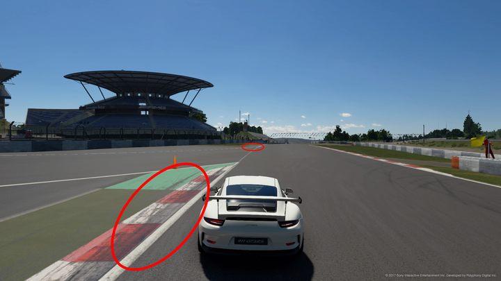 Wychodząc z początkowej sekcji zakrętów na torze Nurburgring GP nie powinniśmy trzymać się prawej strony, ale wyjechać szeroko na lewy krawężnik i przejechać dalej po zielonym utwardzeniu poza właściwym torem. To jedno z miejsc, które decyduje o tym, czy osiągniemy dobry czas. Widok czarnych śladów po zdartych oponach też powinien nam podpowiedzieć gdzie warto najeżdżać. - Korzystaj z całego toru! Gran Turismo Sport - Gran Turismo Sport - poradnik do gry