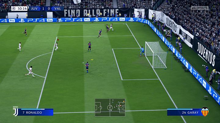 Dośrodkowanie z boku boiska to najczęstsze, a zarazem niezwykle groźne zagranie, które może zakończyć się strzałem na bramkę - Zakończenie ataku w FIFA 19 - FIFA 19 - poradnik do gry