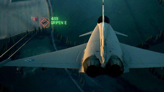 Jeśli Gripen w tym momencie poleci pionowo w górę, nasza rakieta na 100% zaliczy pudło, pomimo pełnego namierzenia celu na czerwono. Odległość jest zbyt mała, by pocisk miał czas odpowiednio dostosować swój kurs. Najlepszym wyjściem jest tu ostre zmniejszenie prędkości i lot w górę kosztem utraty z oczu przeciwnika. Wkrótce później powinniśmy wejść mu prosto na ogon. - Dlaczego rakiety nie trafiają w cel mimo pełnego namierzenia? - Ace Combat 7 Skies Unknown - poradnik do gry